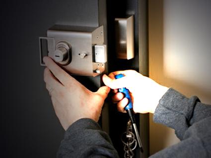 Serrurier Bruxelles Openlock. Ouverture de porte, sécurisation de porte, placement de cylindre. Indevention en urgence sur Bruxelles.